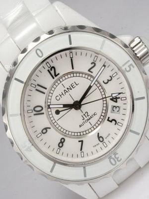17ebe650496 Módní dům Chanel zahájil v roce 1987 vlastní řadu hodinky. Od té doby bylo  propuštěno pět sbírek ženských chronometrů na zápěstí.